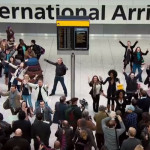 こんなふうに空港で大合唱でお出迎えしたらそりゃ感動的だ
